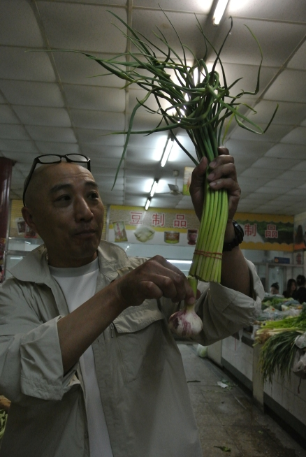 Local tour guide reconnecting garlic